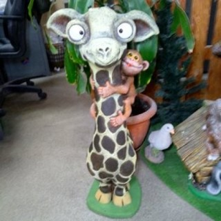 Жираф с обезьянкой Садовая фигура
