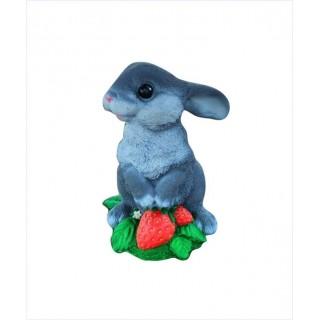 Садовая фигура Заяц с клубникой